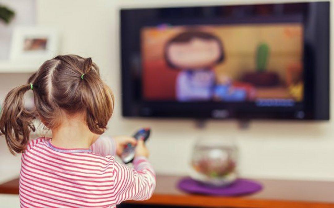 Mayoría de niños y niñas entre 6 y 12 años ven contenidos sin supervisión y preescolares eligen los programas que consumen